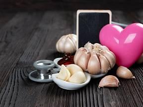 Pravidelná konzumace česneku většině lidí velmi prospívá.