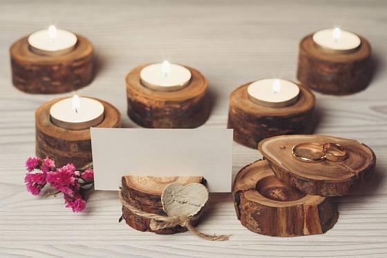 Praktické i dekorační svícny na čajové svíčky anebo držáčky na jmenovky vám nedají mnoho práce.