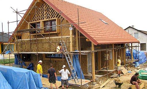 Nosná konstrukce z dřevěných sloupků, tepelná izolace ze slaměných balíků