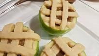 Z proužků rozváleného těsta vytvoříme na jablku mřížku.