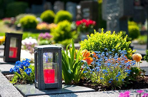 na hrobech často vznikají půvabné zahrádky
