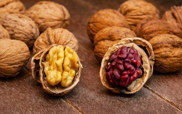 Ke zdobení cukroví mžeme použít i ořechy s červenými jádry.