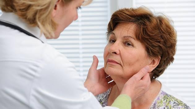 Součástí preventivní prohlídky je také vyšetření štítné žlázy pohmatem.