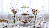 K slavnostnímu jídlu patří i pěkně upravené ubrousky a květiny na stole.