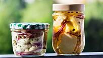 Hermelín naložte i do menších nádob, abyste ho mohli jíst postupně.