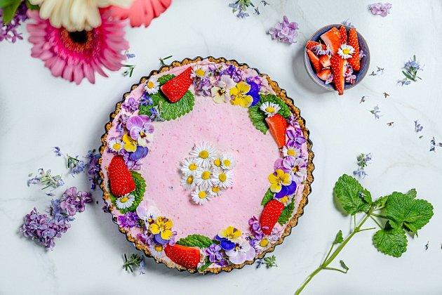 K výzdobě jarního dortu můžeme využít i květy sedmikrásek.