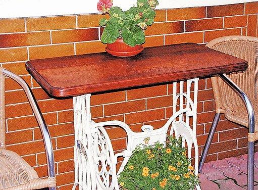 stolek z vyřazeného šicího stolu