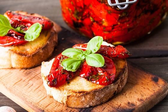 Výborná jsou sušená rajčata na opečené bagetě