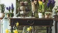 Nějaký ten omšelý nábytkový kus se jistě najde všude. Nádherně ožije kvetoucími cibulovinami.