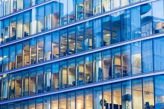 Ve velkých kancelářských budovách mají lidé často zdravotní potíže