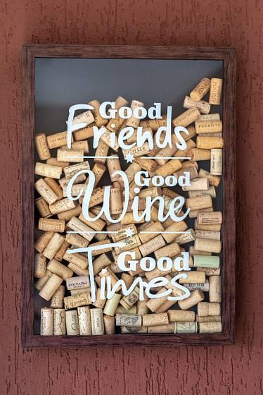 Jednoduchá nástěnná dekorace do interiéru milovníků vína.