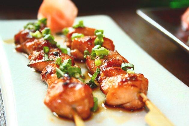 Kuřecí stehenní maso zůstane na grilu šťavnaté.