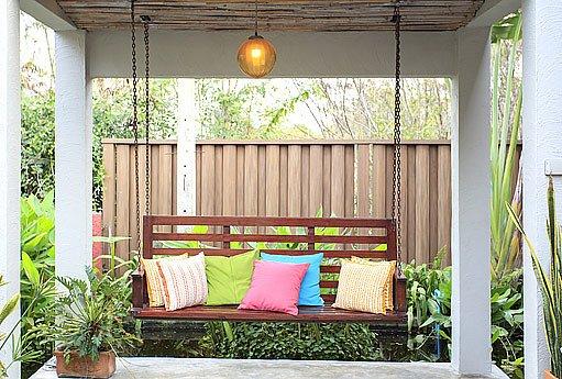 lavička v zahradním altánu
