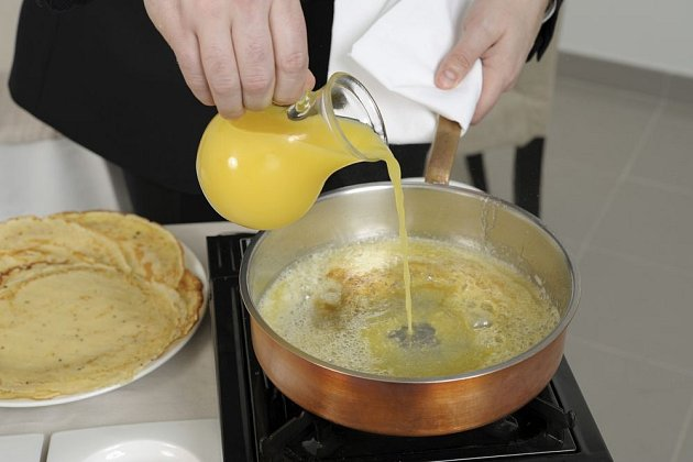 Příprava karamelu pro flambované palačinky