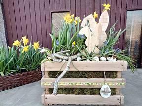 Velikonoční aranžmá umístíme před vstupní dveře.