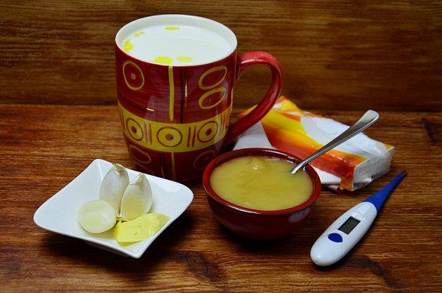 Česnekové mléko ochutíme medem.