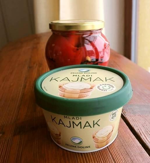 Kajmak je tradiční sýr, vyráběný z vrstev vysrážené smetany.