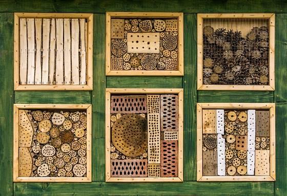 Mnohé druhy hmyzích hotelů se dají i zakoupit.