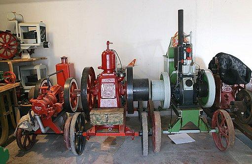 Stacionární motory: uprostřecd Slavia od Bratří Paříků, Napajedla, dlaší dva od Lorenze z Kroměříže