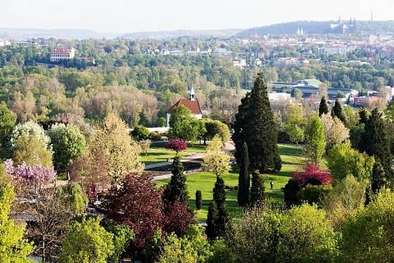 Pohled na rozkvetlou botanickou zahradu v pražské Troji.