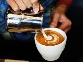 Mléko je nositelem chuti, vytváří dokonalou pěnu a především dělá kávu atraktivní
