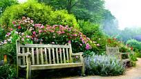 V okolí vonných keřů je posezení na zahradní lavičce opravdovou relaxací.