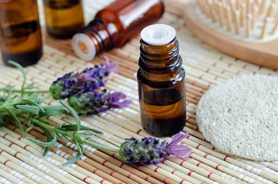 Levandulový olej příjemně voní a má antiseptické účinky