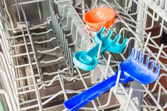 Některé myčky mají speciální hygienický program, který můžeme využít na dezinfekci hraček.