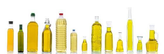Různé druhy olejů vhodných na vaření.
