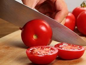 Rajčata nakrájíme ostrým nožem na tenké plátky.
