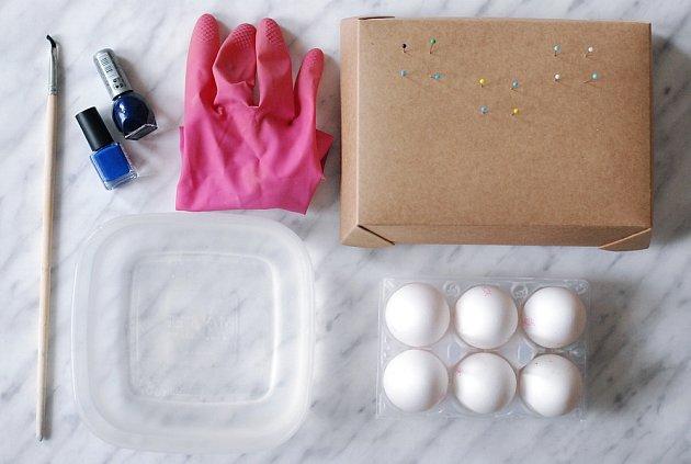 Kromě vyfouknutých vajíček budeme potřebovat i lak na nehty.