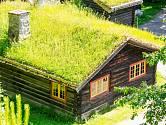 Typický venkovský domek v Norsku se zatravněnou střechou.
