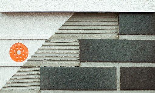 keramická fasáda se lepí přímo na zdivo