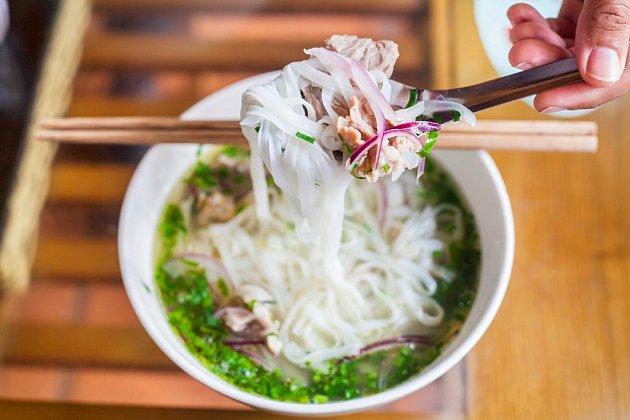 Do phở patří jedině rýžové široké ploché nudle.