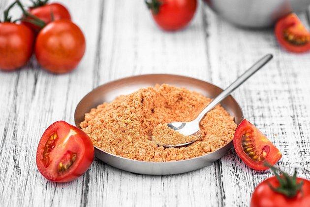 Rajčatový prášek má výraznou sladkokyselou chuť.