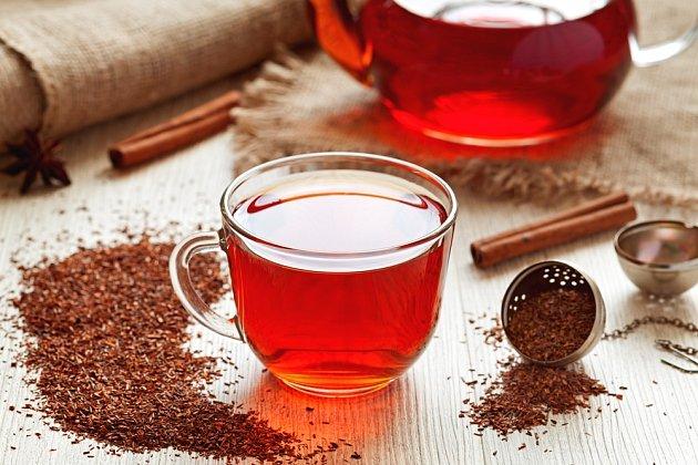 Rooibos je nápoj připravený z keře nazývaného čajovec kapský.