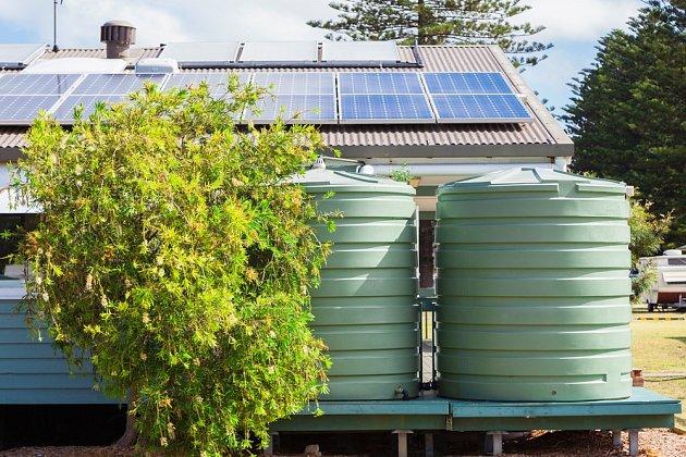 Šetříme na zahradě: nádrže na dešťovku i solární panely