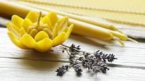 Svíčky lze ze včelího vosku odlévat i motat z předem připravených plátů