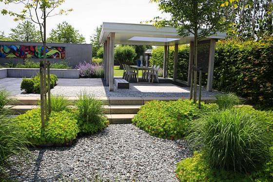 Štěrková zahrada a posezení