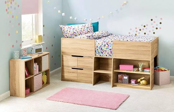 Pokud zvolíte zvýšenou postel s úložným prostorem, možná se vám vejdou díky ušetřenému prostoru n skříně a komody do pokoje dvě bez nutnosti klasické, nepříliš vhodné palandy.