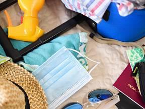 Na dovolenou bychom letos neměli zapomenout přibalit roušky či dezinfekci.