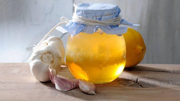Pomocníci v boji proti nemocem: med, česnek a citron.