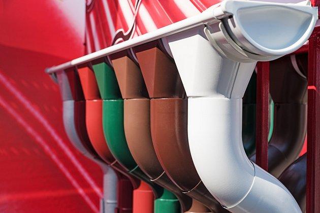 Plastové okapy se nabízejí v různých barvách.