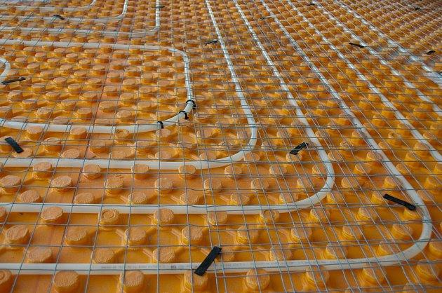 Trubky podlahového vytápění před zalitím betonem.