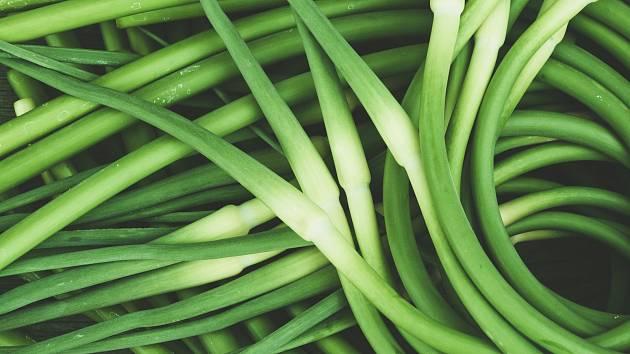 Česnekové stonky mají skvělou chuť a jsou plné vitamínů.