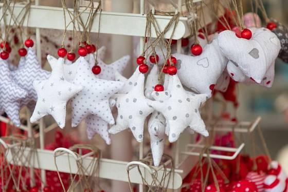 Své uplatněné jistě najdou i šité hvězdičky v typických vánočních barvách.