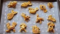 S pečením končíme, když skončíme v okamžiku, kdy jsou figurky vybarvené do zlatova.
