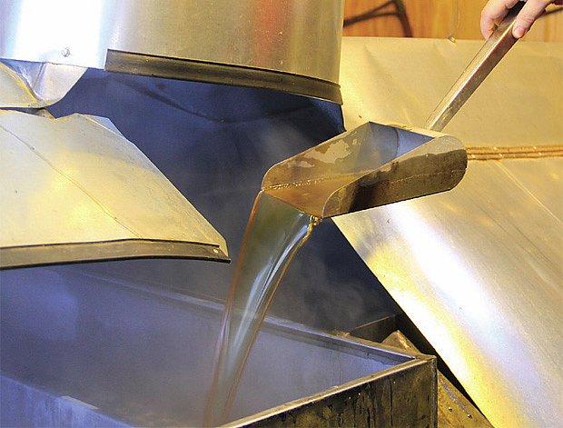 Zahušťování sirupu ve varně. Zlatavá tekutina je téměř připravená ke stáčení.