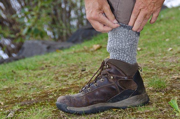 Kalhoty zasunuté do ponožek jsou jednoduchou a účinnou prevencí před klíšťaty