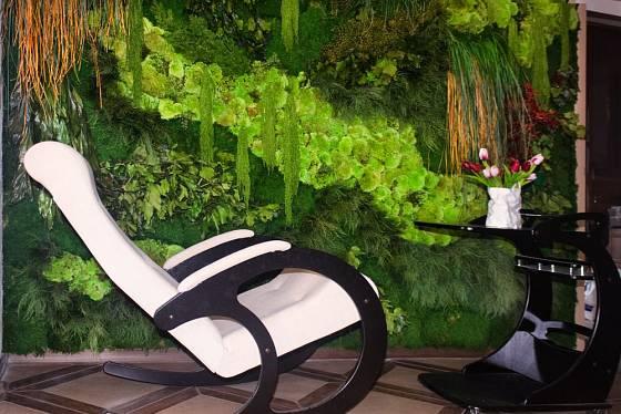 Odpočinek v sousedství zelené stěny je dokonalý
